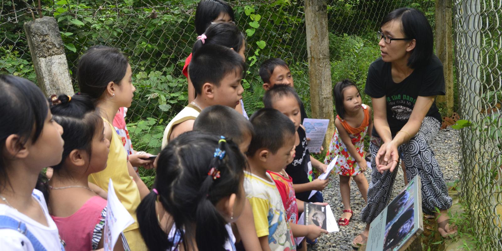 Kinder lernen im Rahmen eines Kinderbildungsprogramms Wissenswertes über die Wildtiere in Vietnam