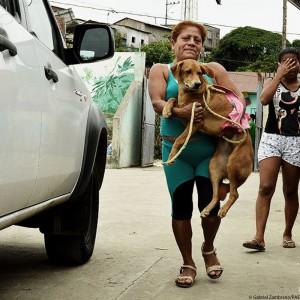 ecuador-erdbeben-tierschutz-frau-mit-hund-auf-arm