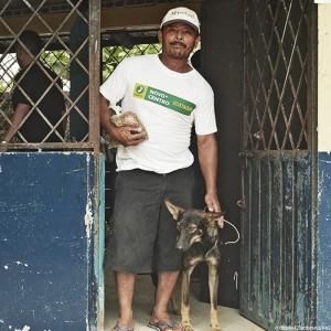 ecuador-erdbeben-tierschutz-mann-mit-hund