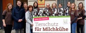 petitionsuebergabe-bmel-welttierschutzgesellschaft-susanne-uhlen-milchkuehe-650x250