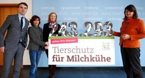 petitionsuebergabe-bmel-welttierschutzgesellschaft-susanne-uhlen-milchkuehe-650x400