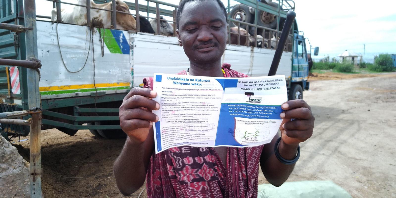Auf den Tiermärkten informieren wir und verteilen Flyer, um die Menschen für Tierschutz zu sensibilisieren