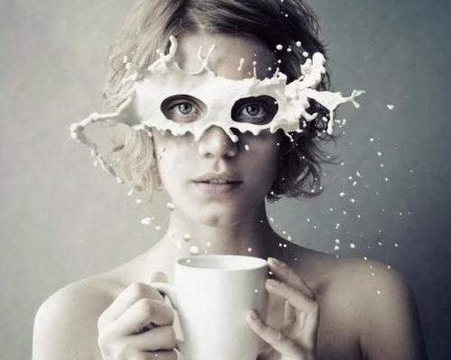 Frau mit Milchbart