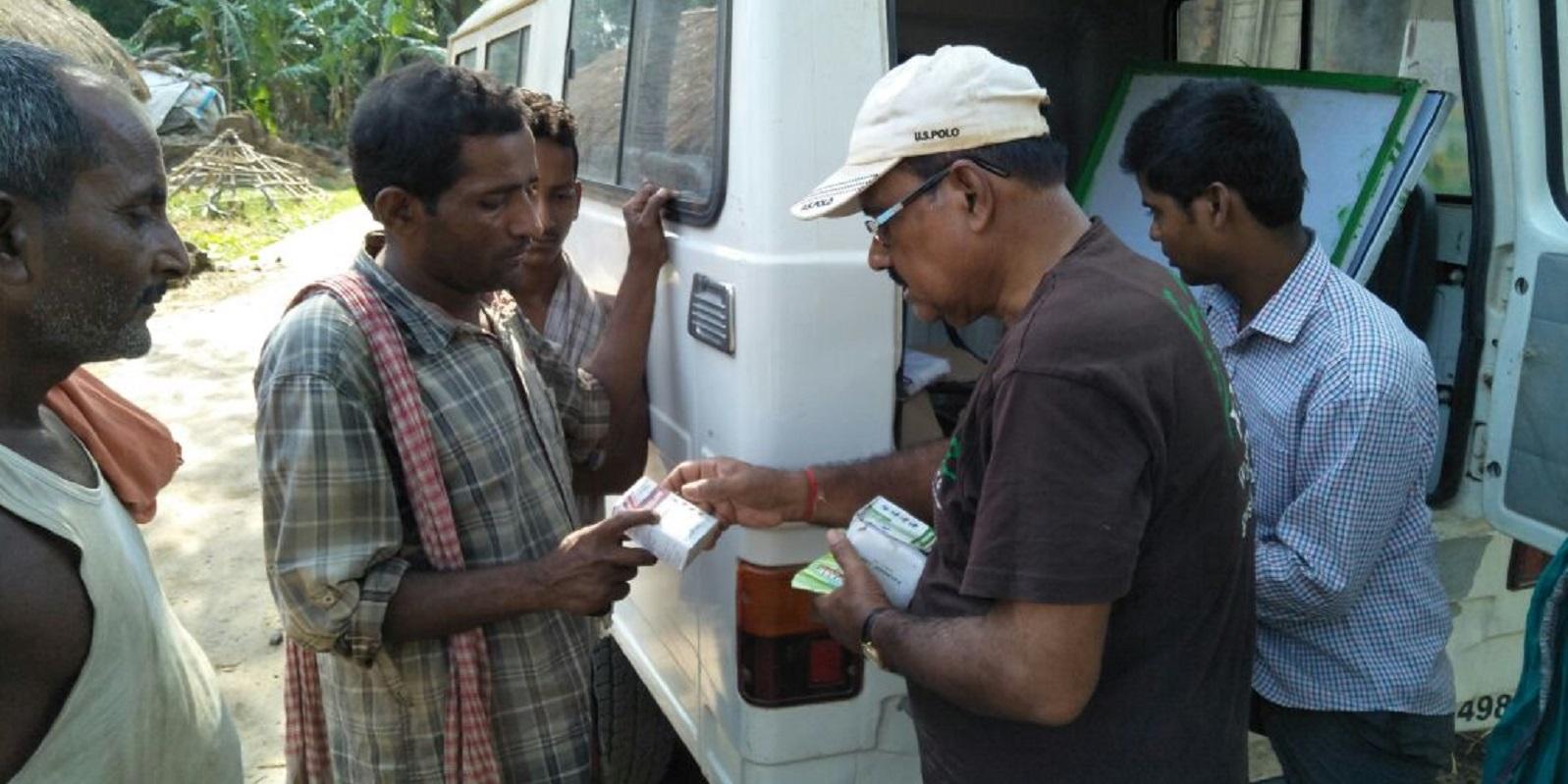Tierarzt verteilt Medikamente an ausgewählte Tierbesitzer