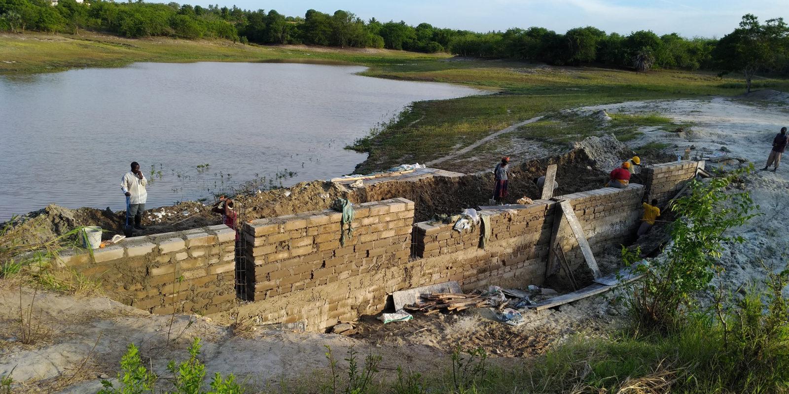 Der Stausee speichert das Wasser fuer die Zeit der Duerre.
