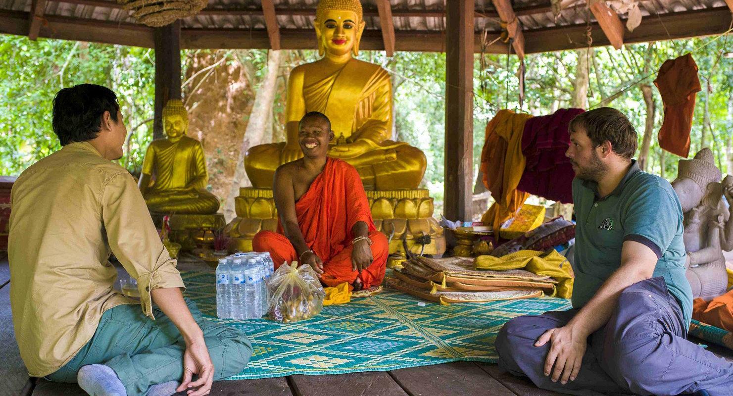 Mit Hilfe der Mönche verbessern wir den Tierschutz in Kambodscha